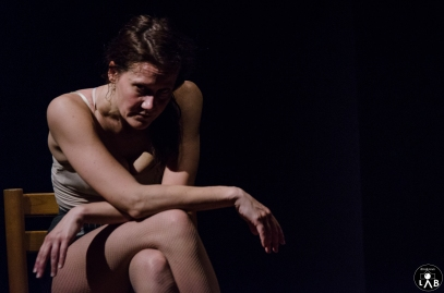 """Temporaneamente Tua Un viaggio nella sessualità e in particolare nel mondo della prostituzione. Perché si vende il proprio corpo, oggi? Per povertà, per costrizione? A volte per scelta? E se è per scelta, quali sono le spinte che la muovono? Forse il bisogno di sapere in numeri quanto si vale? O perché il sapersi desiderati dà una sensazione di potere? E quanto la nostra società influisce nel farci vivere il corpo come uno strumento da sfruttare piuttosto che come parte integrante del nostro essere? Siamo proprio sicuri che il """"prostituirsi"""" sia qualcosa di così lontano da noi? Partendo da due bellissimi testi di Concita De Gregorio, passando per una escort americana che fornisce le sue testimonianze attraverso un blog, e tramite contatti reali con donne vittime della tratta, uno spettacolo per riflettere sul corpo, sull' anima, sul sesso e sui rapporti. """"Io faccio la puttana, non sono una puttana"""". Drammaturgia e regia Greta Zamparini e Federica Bognetti con Greta Zamparini"""