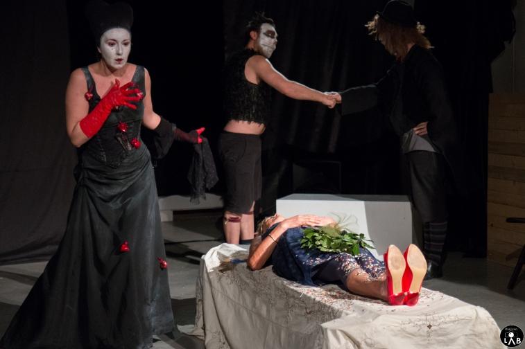 3 Compagnia_Le_Saracinesche-Lyra_teatro-Requiem_per_alice-Helga_Bernardini-5209
